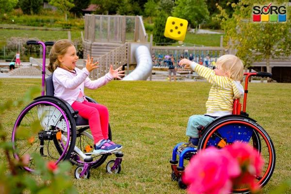 Kinderrollstühle im Park, Kinder im Rollstuhl spielen und lachen